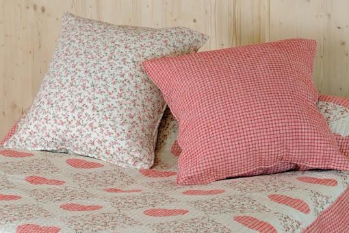 taies d 39 oreillers liberty rouge et cru ana 65x65 cm housses de couette pas cher. Black Bedroom Furniture Sets. Home Design Ideas