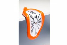 Horloge Murale Kare Design Déformée Sur Table Orange, deco design