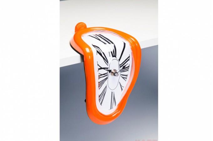horloge murale d form e sur table orange horloges design. Black Bedroom Furniture Sets. Home Design Ideas