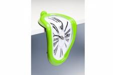 Horloge Murale Kare Design Déformée Sur Table Verte, deco design