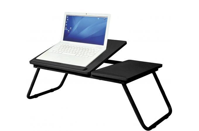 Écran d ordinateur vierge sur une table de bureau noir